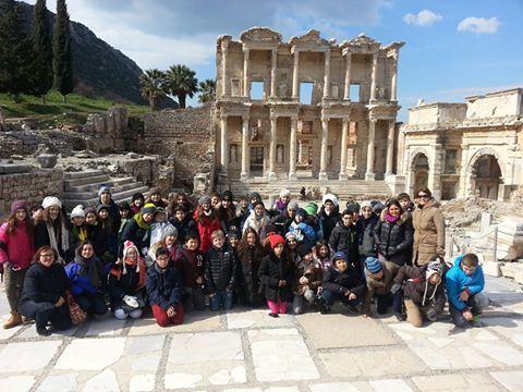 ezelim, görelim, öğrenelim düşüncesinden yola çıkarak 6.sınıf öğrencilerimizle; Efes Antik kenti, Meryem Ana, İsa Bey Cami, St. Jean Kilisesi, Maket köyünü ziyaret ettik. Tarih ve doğanın buluştuğu bu mekanlar yaşadığımız toprakların değerini bir kez daha gösterdi. Öğrencilerimiz, gezi sırasında çektikleri fotoğraflar ile gezi notlarını birleştirerek, MYP çalışmaları kapsamında bir tanıtım kitapçığı