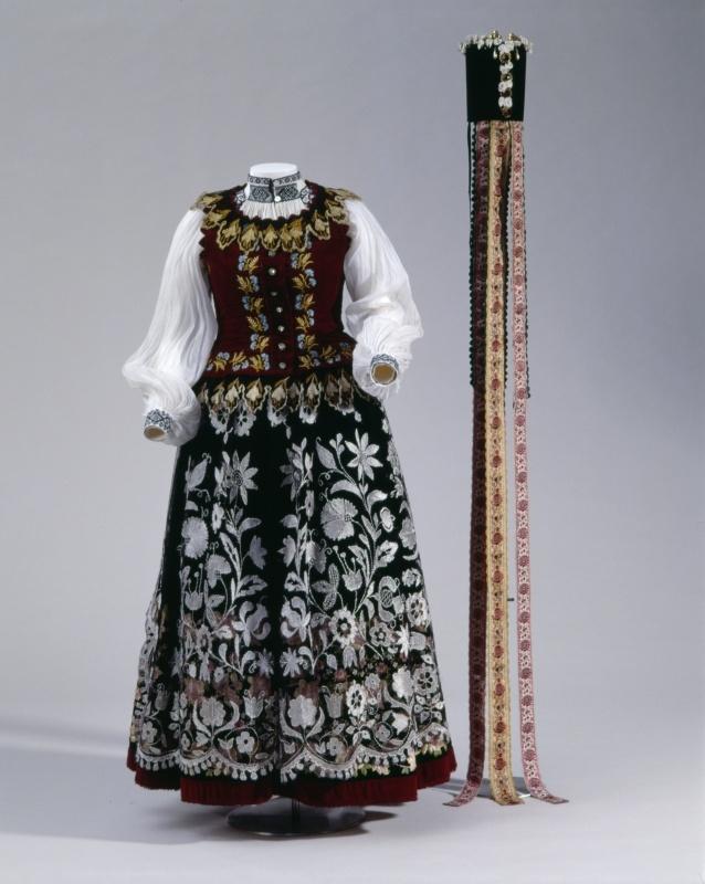 Women's costume from Transylvania, c. 1900. Frauentracht aus Siebenbürgen (Frauen, Oberkleidung, Tracht) #Siebenbürgen