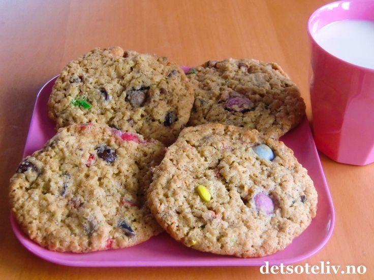 """Her ser du bilde av de ferdigstekte cookiesene du får når du bruker oppskriften på """"Cookiesblanding på glass"""". Gaven ble gitt til en 9 år gammel jente som allerede er blitt en superflink bakerske! Og tilbakemeldingen jeg fikk var at hun og hennes venninner syntes cookiesene var """"helt sykt dødsgode""""!  Oppskriften gir 30 store cookies."""