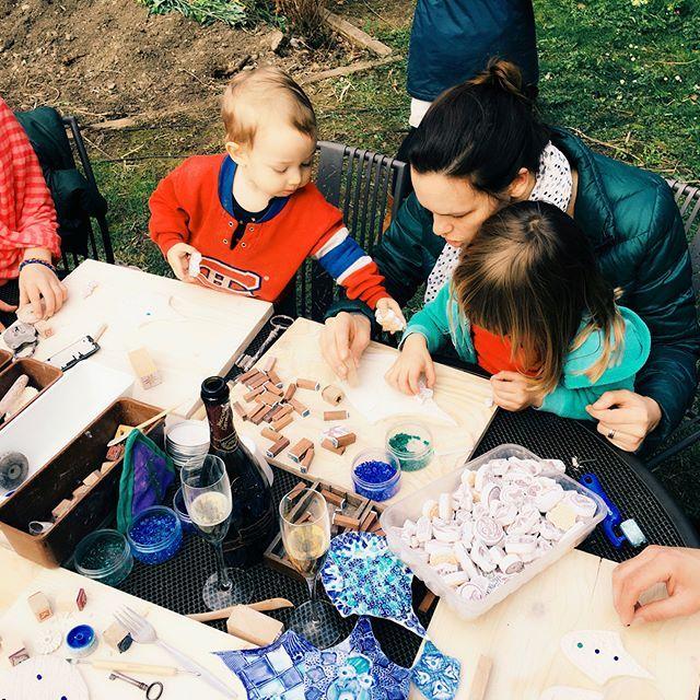 Dimanche de travail & champagne (!) en compagnie @camille_piguet @nicometitz @Ulysse_prevost Ciril Schulz & 8 gamin(e)s !!... Façonnage et textures d'écailles de Dragon pour la murale à l'hôpital psychiatrique Belle-Idée de Genève . . . . . #ateliernayan #beguinyung #familyisart #ecailles #dragon #bleu #porcelaine #hopital #HUG #BelleIdee #arttherapie #mosaique #art #mural #participatif #mediationculturelle #arttherapy #ecoart #mosaic #mosaicart #mosaics #mosaico #porcelain #ceramics…