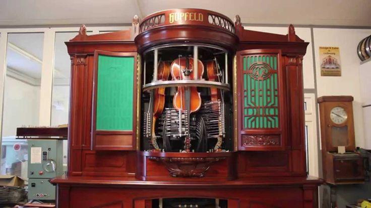 Cet instrument est un Hupfeld Phonoliszt-Violina, il a été inventé par Ludwig Hupfeld AG en 1907. Entièrement mécanique, il joue tout seul des morceaux de musiques sur huit violons placés en cercle à la verticale autour desquels tourne un archet circulaire. En fonction de la programmation sur une feuille de papier, des petits soufflets viennent …
