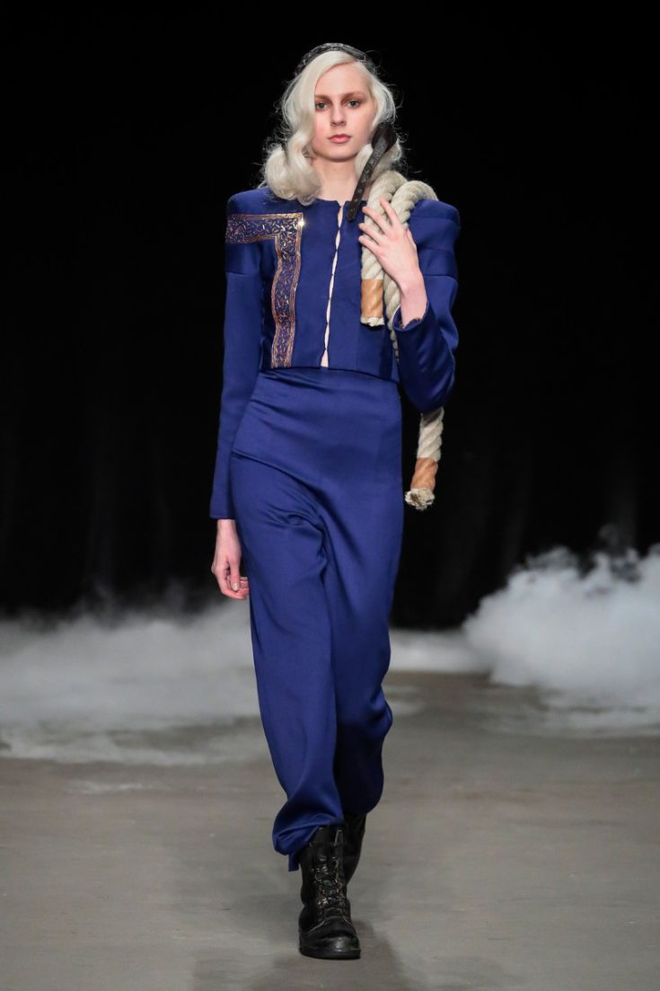 Saskia ter Welle | Come Fly with Me | Couture Collectie | Amsterdam Fashionweek | 27 januari 2017 Blauw broekpak met goudkleurig borduursel en gedeeltelijk bewerkt met bijzondere Japanse patroontechnieken. © Team Peter Stigter