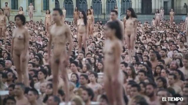 El reconocido fotógrafo Spencer Tunick realizó su performance en la Plaza de Bolívar de Bogotá, donde contó  con más de 6 mil personas que se desnudaron para su puesta en escena. Video: @juandiegocano / @eltiempo #nude #Bogotá #art #nudephotography #landscape #naked #streetart #MeQuitoLaRopaPor