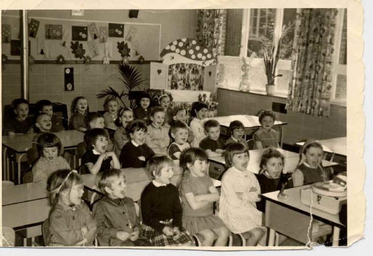 op school, braaf luisteren met de armpjes gevouwen!