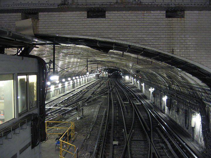 decouvrez-10-stations-de-metros-abandonnees-a-paris-L'actuelle station Porte de Versailles qui mène au Parc des expositions de Paris se situe sur la ligne 12. Cependant, les quais qu'empruntent aujourd'hui les usagers ne sont pas ceux d'origine. En effet, c'est en 1930 qu'ils ont été déplacés lorsqu'ils prévoyaient de rallonger la ligne jusqu'à la station Mairie d'Issy. Les anciens quais furent donc détruits, mais les carreaux de faïence présents sur la photo attestent d'une ancienne…