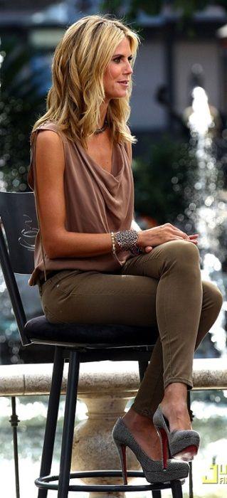 Heidi Klum, simply chic. Pantalón verde olivo con top palo de rosa y zapatos grises. Sofisticada combinación de colores tierra.