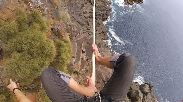 Слэклайнер Райан Пол Робинсон (Ryan Paul Robinson) осуществил прогулку по канату на высоте 32 метра над уровнем моря. Такой опасный и щекочущий нервы трюк экстремал осуществил, растянув свой трос м…