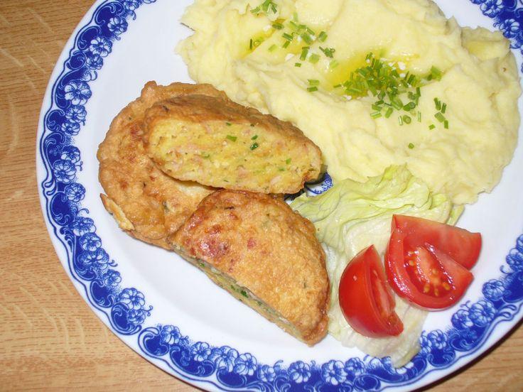Hermelín nastrouháme na hrubší nudličky, brambor najemno. Drobně nakrájíme cibuli, šunku a pažitku. Přidáme vejce, sůl, koření a ...