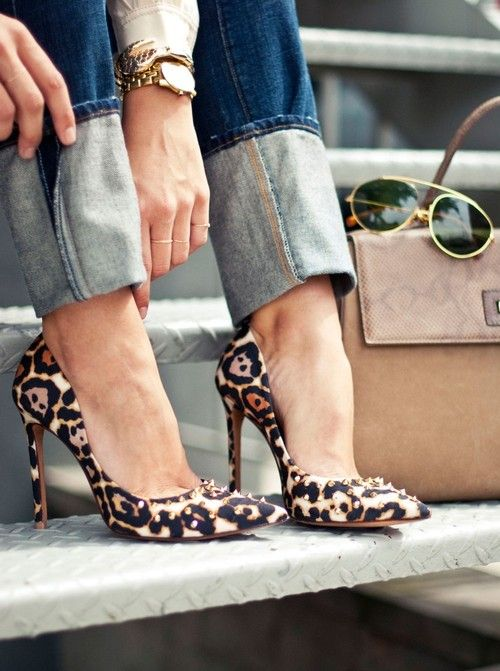 Cuffed jeans and leopard print heels.