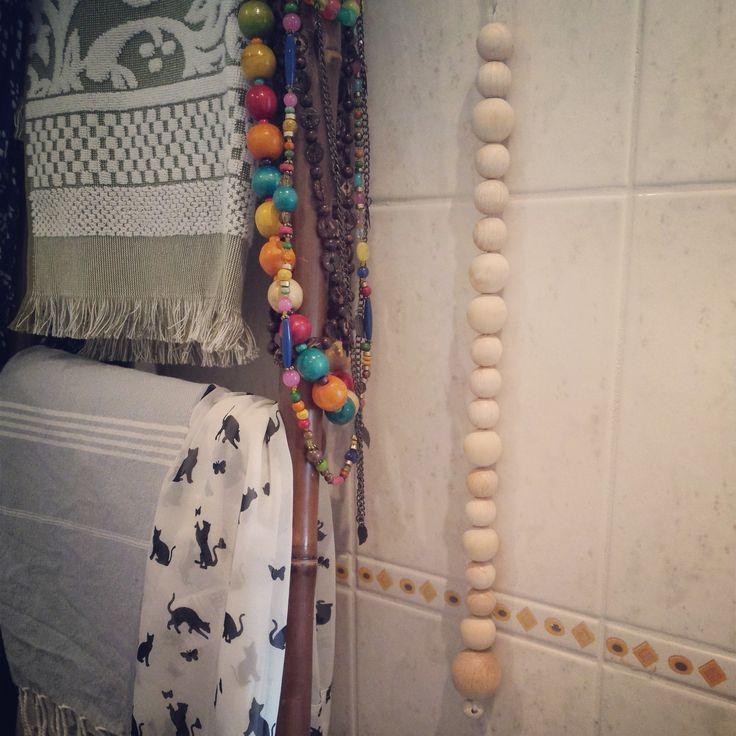 Al zes jaar hing er een 'vies oud touwtje' in mijn badkamer om het licht mee aan te doen. Daar heb ik nu iets leukers op bedacht! Met schapenwol en ijzerdraad een touwtje gevlochten, mooie houten kralen eraan, en klaar is Kees!