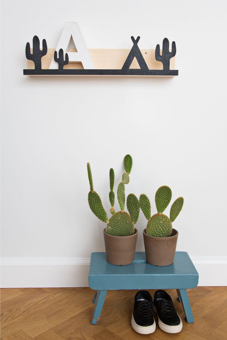 Flot boghylde i træ fra That's mine med sødt motiv med kaktus og indianertelt/tipi vil passe perfekt til børneværelset. Brug hylden til bøger, småting, sko, smykker, billeder mm.