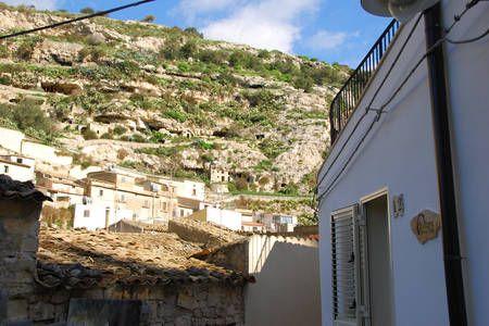 Dai un'occhiata a questo fantastico annuncio su Airbnb: Chiafura house trip Stanza Furnu a Scicli