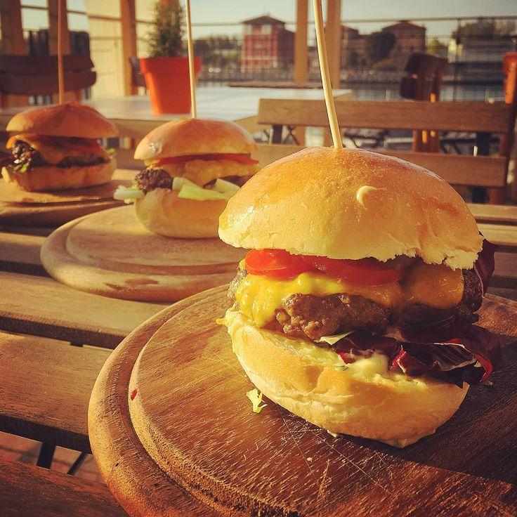 Burger di cervo #test #seratasvedese #menù #restaurant #akamicasaebottega #container #ristorante #cucina #burger #cervo #foodporn #foodie #food @pernipillan tre gusti is mei che uan #salsa mirtilli #rafano #maionese #erbearomatiche #aglio http://www.butimag.com/ristorante/post/1482260180418029361_1791741012/?code=BSSC8fehecx