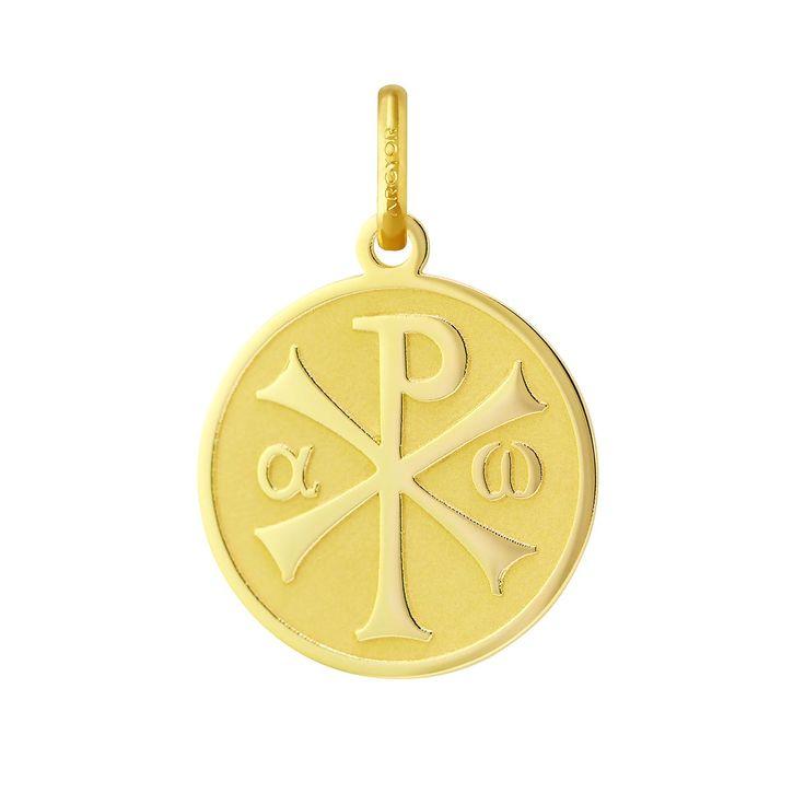 Colgante de oro amarillo de 18k con la imagen de un Crismón en brillo sobre un fondo mate rebajado con láser.  El Crismón está compuesto por las letras griegas Χ (Chi) y Ρ (Rho), iniciales de Cristo, entrelazadas. Se trata de una alusión al principio y fin de todas las cosas que representa la divinidad, que se materializa en la presencia de la primera y última letra del alfabeto griego, a (alfa) y w (omega).