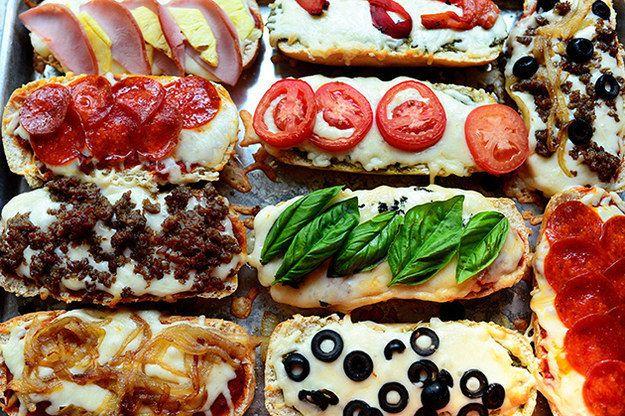 Dit is een origineel idee om samen met de kinderen pizza te maken. Het enige dat je nodig hebt is stokbrood en zoveel mogelijkingrediënten.