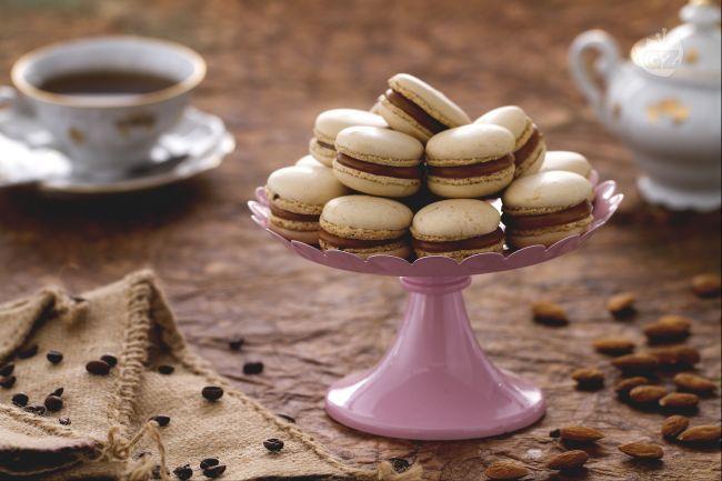I macarons al caramello salato sono piccole prelibatezze della pasticceria francese al gusto di caffè e caramello salato.