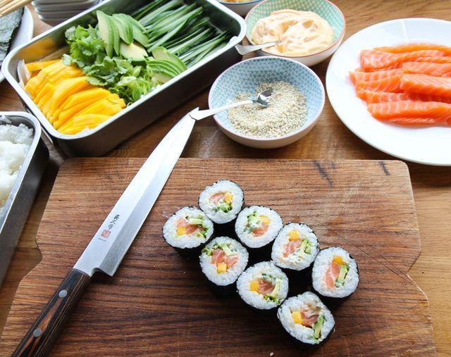 Sushi er en kjempe gøy ting å lage med familien. Vi har gjort det veldig enkelt ved å kun bruke laks og basic tilbehør her.Her får du oppskrift på hvordan koke ris og ris eddik lake.Resten har vi gjor