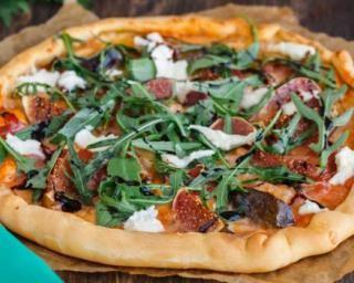 Pizza allégée figue, jambon cru et roquette aux paillettes de mozzarella : http://www.fourchette-et-bikini.fr/recettes/recettes-minceur/pizza-allegee-figue-jambon-cru-et-roquette-aux-paillettes-de-mozzarella