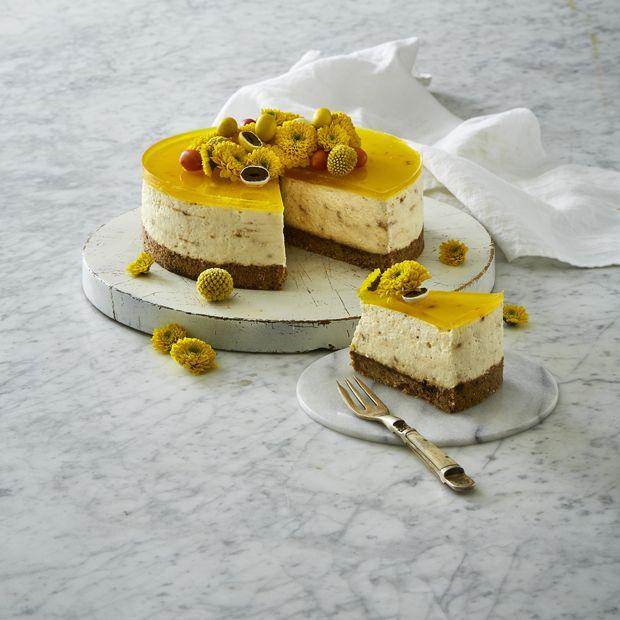 Kast dig ud i en cremet cheesecake i påskens farver. Denne dessert gemmer på et hint af lakrids og kan laves helt uden ovn.