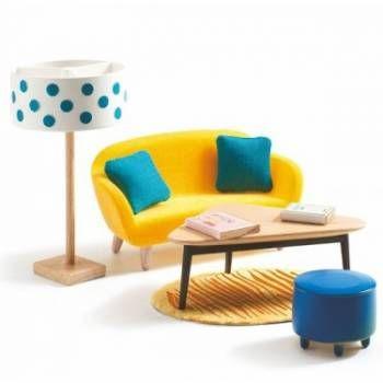Je poppenhuis wordt pas echt gezellig met dit design salon van Djeco!Dit salon bestaat uit een fel gele 2-persoonszetel, bekleed met fluweel,2 appelblauw-zeegroene kussentjes, een driehoekige houten tafel met 2 houten boeken, een donkerblauwe fluwelen poef, een zacht tapijtje met tijgerstrepen en een staande lamp. Alles in een hedendaagse design stijl!