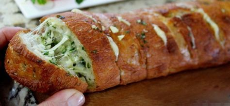 Výborný chlebíček vhodný na rôzne párty alebo len tak na večeru ku skvelému filmu. Ak máte radi cesnak a syr, tak si určite pochutnáte.