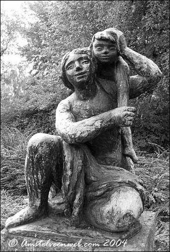 Moeder en kind - beeldhouwwerk van Nic Jonk uit 1958. Het beeldje staat langs de Keizer Karelweg na de splitsing met de van der Hooplaan.