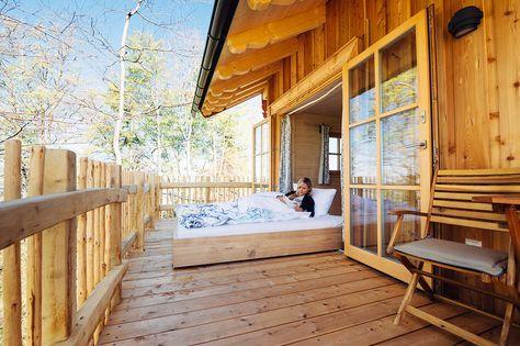 Baumhaus - Nähe Chiemsee. Das ins Freie ausrollbare Doppelbett