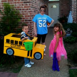 School bus costume made out of a moving box. Just might have to do this for  the upcoming Halloween!!  bb1b178fac