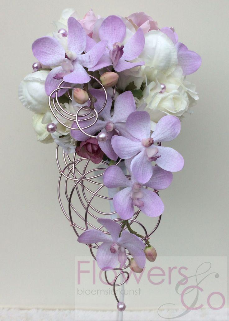 Zijde bruidsboeket met lila orchidee en creme bloemen op een frame waardoor je een een bijzonder boeket creëert. In meerder kleuren te verkrijgen.