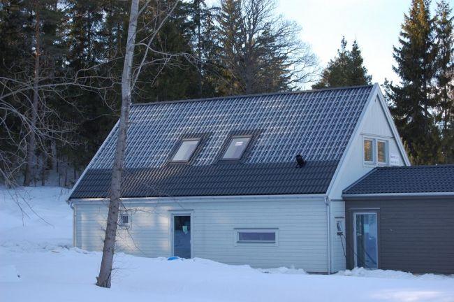 Maison avec des tuiles en verre pour utiliser l'énergie solaire  - Visit the website to see all pictures http://www.amenagementdesign.com/architecture/maison-avec-des-tuiles-en-verre-pour-utiliser-lenergie-solaire