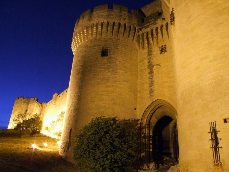 Découvrez à la nuit tombée le #Fort Saint André à #Villeneuve lez Avignon avec une guide-conférencière. Les places étant limitées, réservation obligatoire à l'office de tourisme. Tous les mercredis de juillet puis tous les lundis et mercredi du mois d'août :) Plus d'infos ici : http://www.tourismegard.com/2/villeneuve-les-avignon/tabid/638/offreid/1be86ab8-98ef-49fd-8e2e-7acc864cd57f/detail