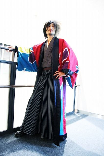 clan 1  men's version. a ful robe, often worn open, over wide legged pants and simple v-neck shirt.
