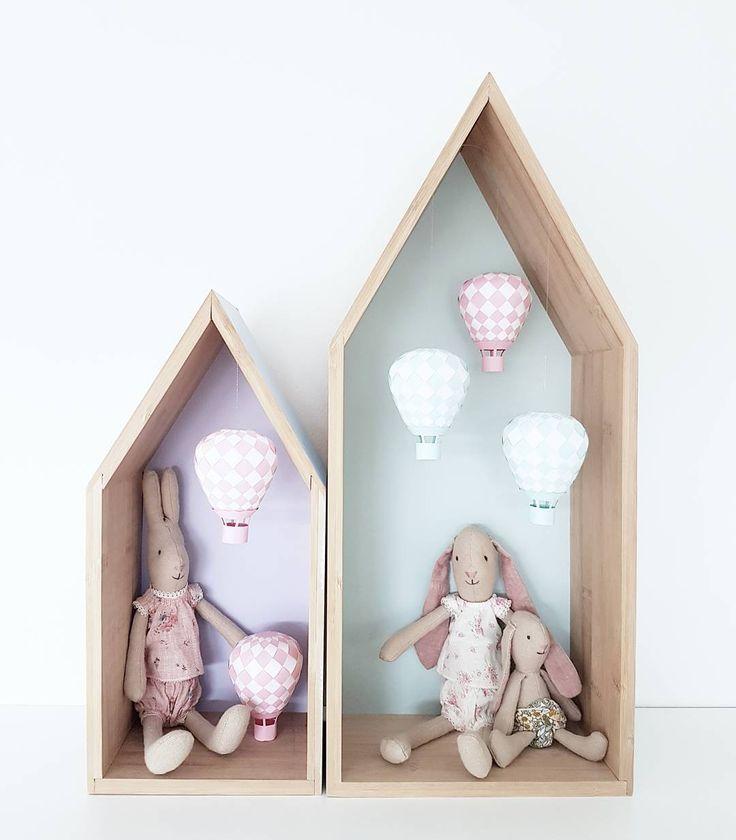 Rosa och mintgröna luftballonger till en liten Penny  @hjartaminfamilj  __________ #barnrum #barnrumsinspo #luftballong #hotairballoon #diy #pyssel #maileg #hushylla #ljuvaknatteting #kidsinspo #finabarnsaker #barneskatter