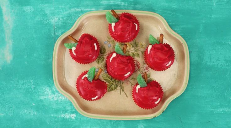 cute apple shaped cup cakes...perfect for back to school or a fall party!