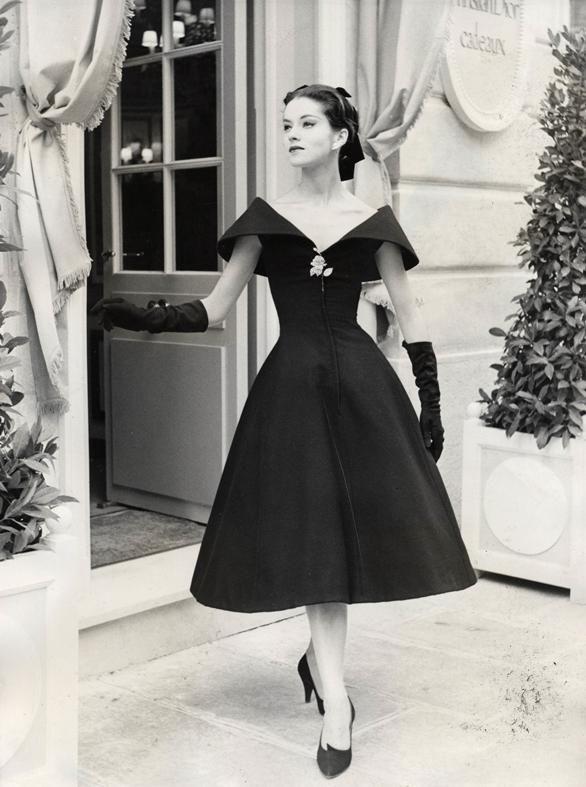 """Moda vintage (años 50s)  Vestido """"new look"""". El estilo conocido como """"el new look"""" es un clásico de la década de los años 50s. Se caracteriza por tener la falda con vuelo y el corte a la cintura.  Los años 50 es una década cargada de siluetas elegantes y muy femeninos. #black #diseño #elegancia #chic Trouve a lavidadeserendipity.com"""