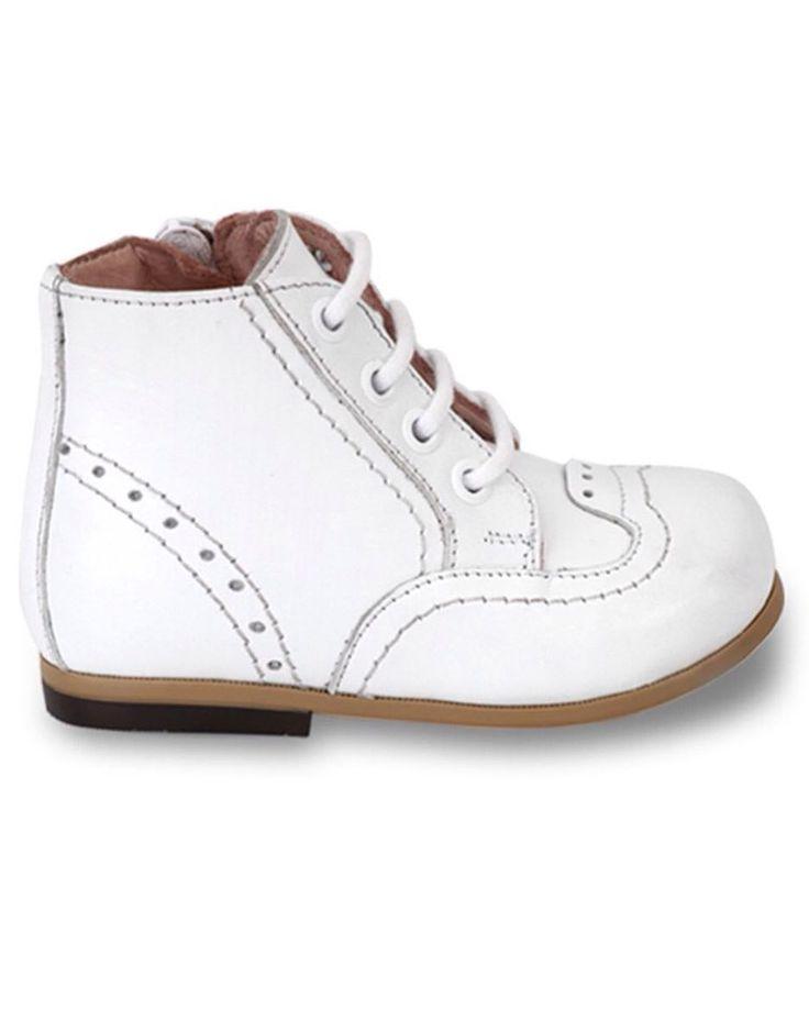 Beyaz Deri Yandan Fermuar ve Bağcıklı Unisex Çocuk Bot 189.90 TL 19-20-21-22-23-24-25 numaralar Bebbini modelleri yüksek kalite hakiki dana/keçi derisi kullanılarak %100 el işçiliği ile üretilmektedir.   Modellerimiz bebek/çocuk ayak anatomisine uygun olarak hazırlanmaktadır.   Ayakkabılarımızın topuk bölümünde kullanılan yumuşak topuk pedi çocukların yumuşak bir zemine basarak ayaklarının rahat etmesini sağlamaktadır.   Ürünlerimizde domuz derisi ya da suni malzeme kesinlikle…