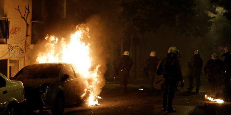 Δείτε ζωντανή εικόνα από Εξάρχεια: Καίνε αυτοκίνητα. «Κόλαση» από τις μολότοφ και τις φωτιές