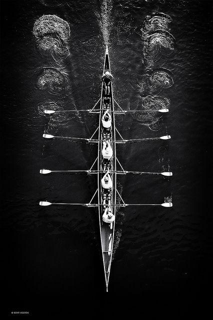 Catégorie : L'avironfait partie de la famille des sportsnautiques. Olympique : C'est unsportolympiquedepuis la création des Jeux olympiques modernes en 1896 sous l'impulsion du Baron Pierre de Coubertin.  Principe : L'aviron est un sport de vitesse et de glisse dans de longs bateaux effilés en fibre de carbone, en bois ou en matériaux composites. Le rameur est assis au-dessus du niveau de l'eau sur un siège roulant (une coulisse) et tourne le dos au sens d'avancement du bateau.
