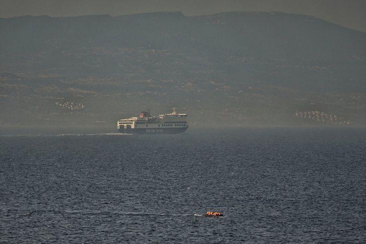 Un grupo de refugiados cruza en una barca de plástico los 10 kilómetros de mar entre la costa turca (al fondo de la imagen) y la isla de Lesbos (Grecia). Las mafias cobran alrededor de 1.000 euros a cada uno de los pasajeros de ese bote. El precio de un billete por cruzar legalmente en ferry son unos 10 euros.