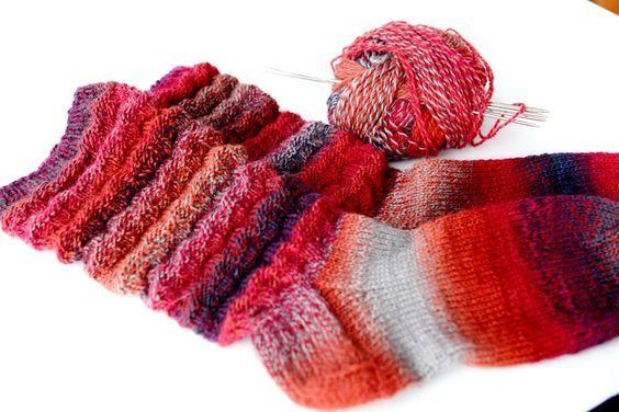 Roliga sockor att sticka och härliga att bära! Mönstret ett gammalt mönster som min mormor brukade sticka och det skiljer sig från så kallade syltasockan eller skrynkelsockan som många redan känner…