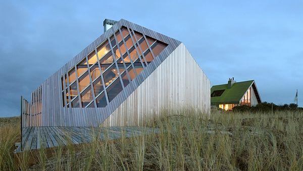 Fasády domu jsou zároveň jeho střechou a připomínají fasety drahokamu.