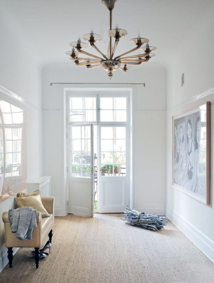 Starka färger och blanka material – våningen som tar ut svängarna - Sköna hem