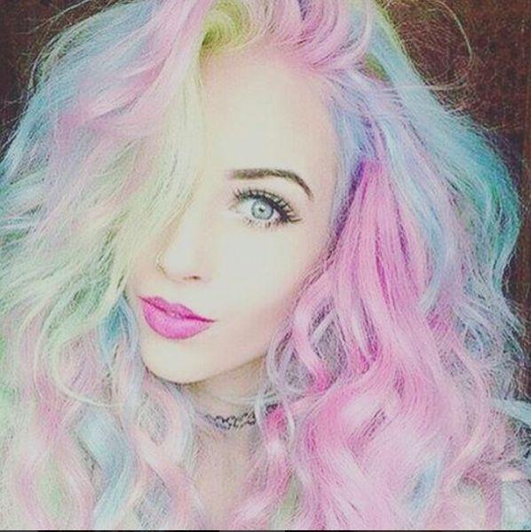 Per realizzare un arcobaleno di capelli pastello sulla tua testa devi decolorare i capelli. Più sono scuri e più i capelli avranno bisogno di essere decolorati, valuta il trattamento che dovrai fare ai tuoi capelli, oppure usa le extension. Guarda anche: Colorazione dei capelli: 11 cose che ho imparato mentre mi tingevo la mia ciocca rosa Cosmo  -cosmopolitan.it