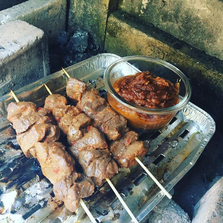 Und auch hier noch was einfaches aber aussergewöhnlich für den Gaumen: Rindfleischspiesse an Erdnusssauce Für die Marinade: - Eine Zwiebel vierteln - Eine Chillischote entkernen und klein schneiden - 2 EL Sojasauce - 1 EL Erdnussöl - 2 EL Ketchup - Saft von zwei Limetten - 3 EL Ahornsirup >>>>> Alles Mixen und Fleisch für Spiesse darin 1h ziehen lassen. Erdnussauce - Marinade auffangen und in einen Topf giessen - 3 EL Erdnussbutter dazu geben - alles aufkocken und eindicken -warm zu den…