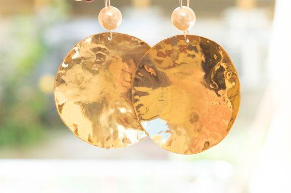 Martellato orecchini in ottone, grandi orecchini disco d'oro, orecchini per rotondo in ottone, ottone martellato disco orecchini orecchini, perle, fatti a mano
