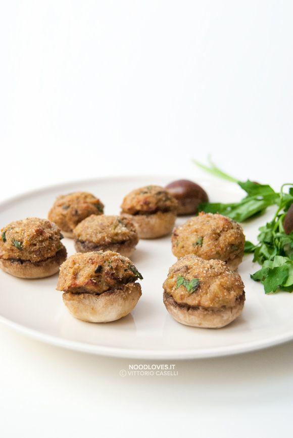 Cappelle di funghi ripieni con castagne e pancetta ...i bottoncini saporiti dell'Autunno!  La ricetta su http://noodloves.it/cappelle-di-funghi-ripieni-castagne/  #Funghi #Champignon #Castagne #Pancetta #FingerFood #Feste #Buffet #Natale #Buonissimo #Autunno