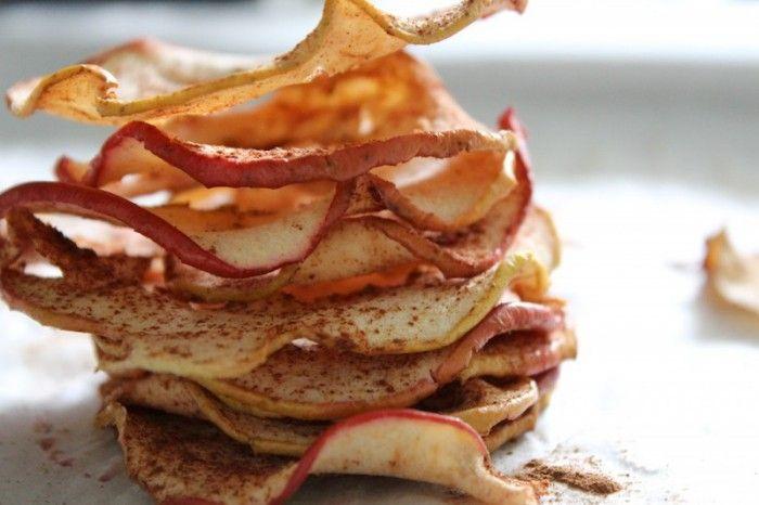 Simpele snack: appelchips. Een perfect tussendoortje voor kinderen, makkelijk mee te nemen en leuk om samen te maken. Recept is van Beginspiration.