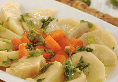 Zeytinyağlı Portakallı Kereviz tarifi, bir klasik. Kerevizin portakal suyu ve zeytinyağıyla bir güzel pişmesiyle, harika bir lezzet ortaya çıkıyor.