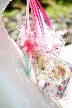 ハズレの人にもちょっとしたプレゼントを付けて♪ 披露宴、二次会、1.5次会で使えるブーケプルズのアイデアまとめ。