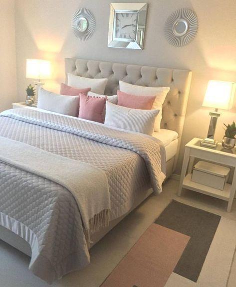 Über dem Bett 2 kreisförmige, mit Stacheln versehene Spiegel und eine Uhr in der Mitte